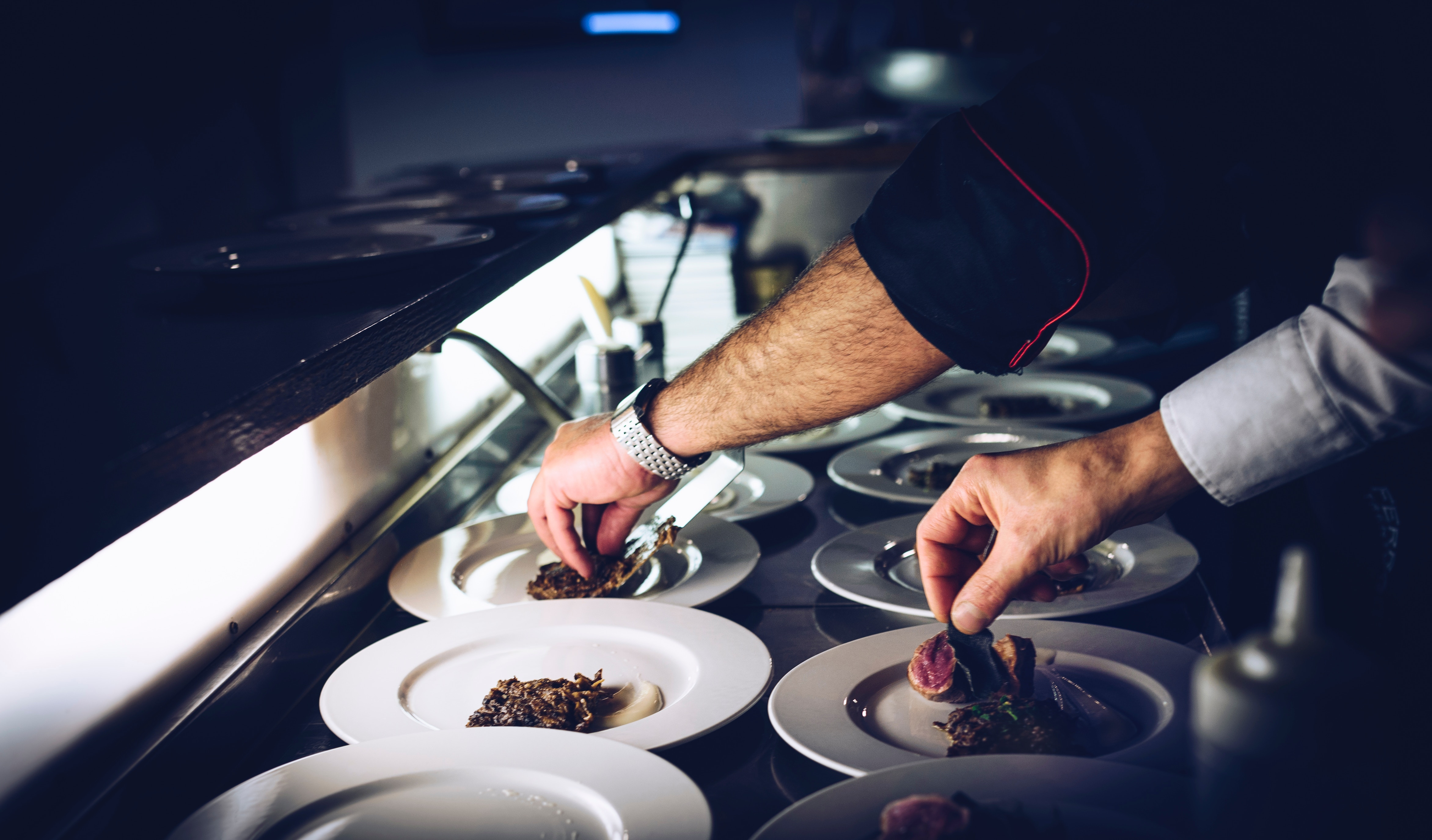 Chefs de cuisine qui préparent des assiettes