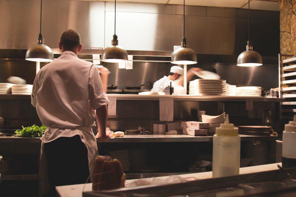 Cuisiniers au travail dans une cuisine professionnelle