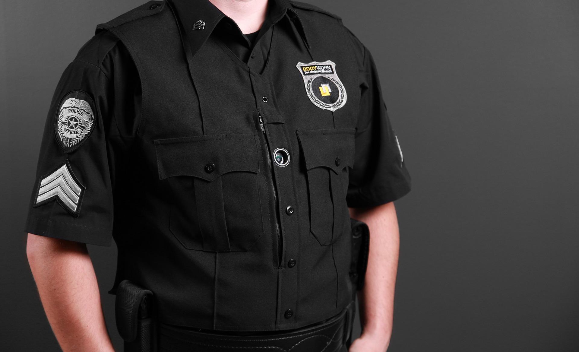 Agent se sécurité et de surveillance en uniforme noir