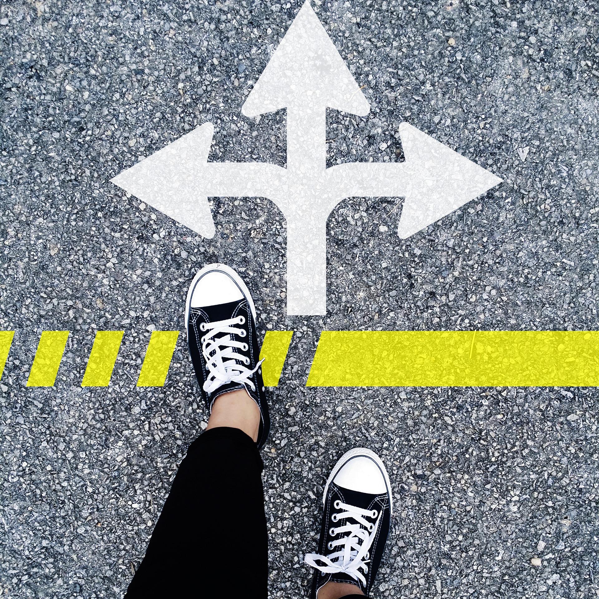 Pids sur une route où 3 flèches de direction sont dessinées