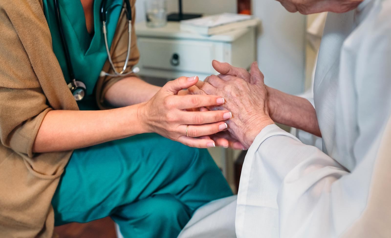 Infirmière qui s'occupe d'une personne âgée en EHPAD
