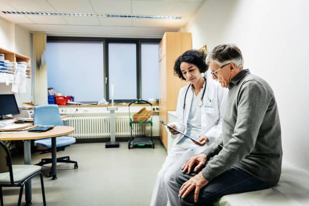 Personne âgée en consultation avec un médecin en EHPAD