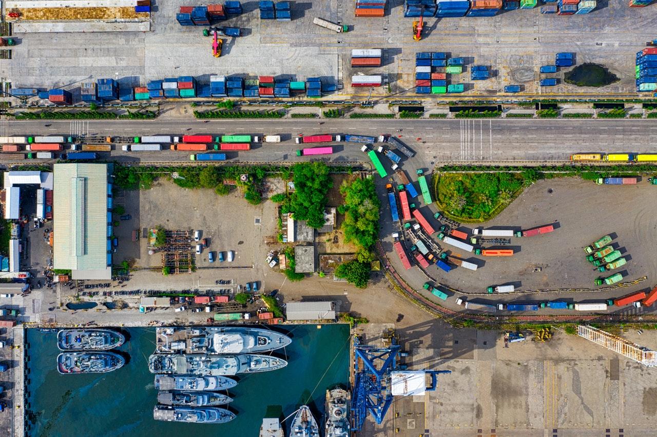 Camions et bateaux colorés vus de haut