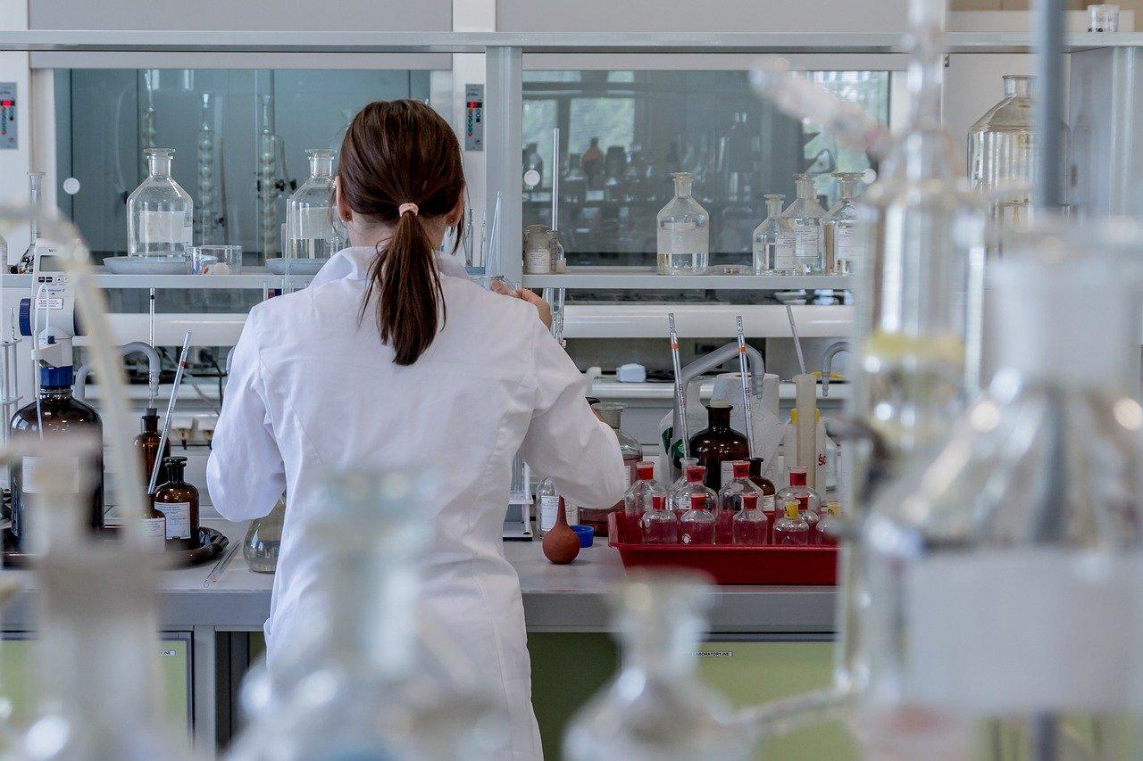 ingénieur en chimie dans un labo